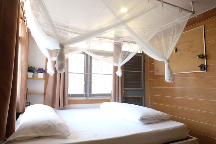 Privater room for 3 with Balcony (Free Breakfast). - Chom Phon - Hus