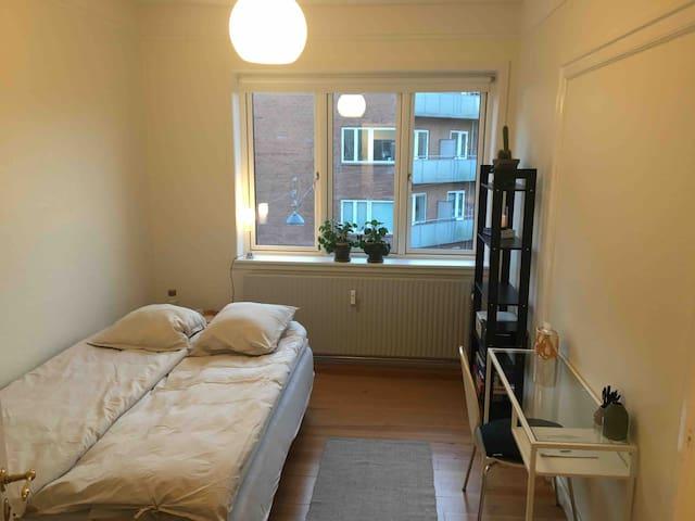 Skønt værelse i stor lejlighed på dejlige Trøjborg