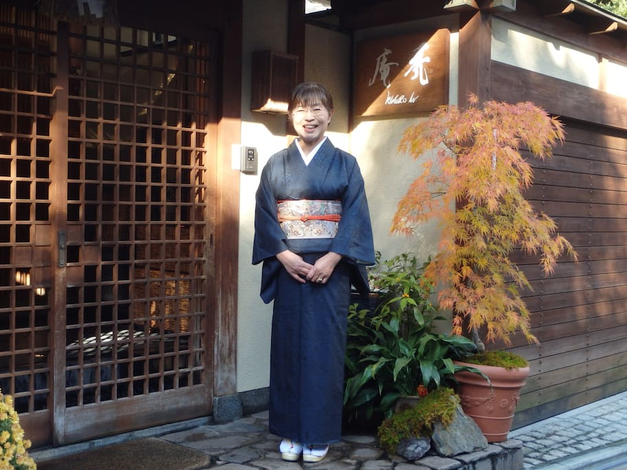 "Kamuro-an ""entrance""(Autumn)Female managers of ryokan called ""okami"""