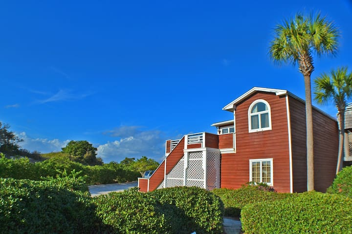 Spacious, ocean-view townhome near the beach, shopping, and dining