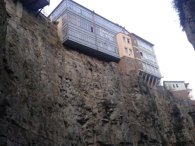 Вид на дом от водопада