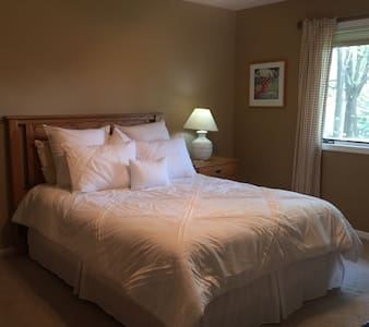 Convenient location Queen bed - Fitchburg