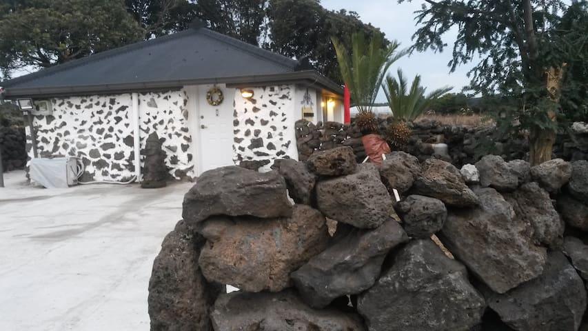 한 가족만을 위한 바닷가 제주돌집 독채 , 방 3개, 예쁜전구등