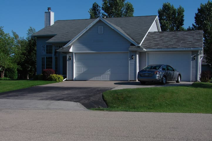 4 Bedroom ready for EAA AirVenture - great price! - Oshkosh - Casa