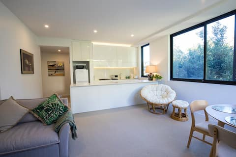 Whisper quiet apartment in the heart of Dee Why