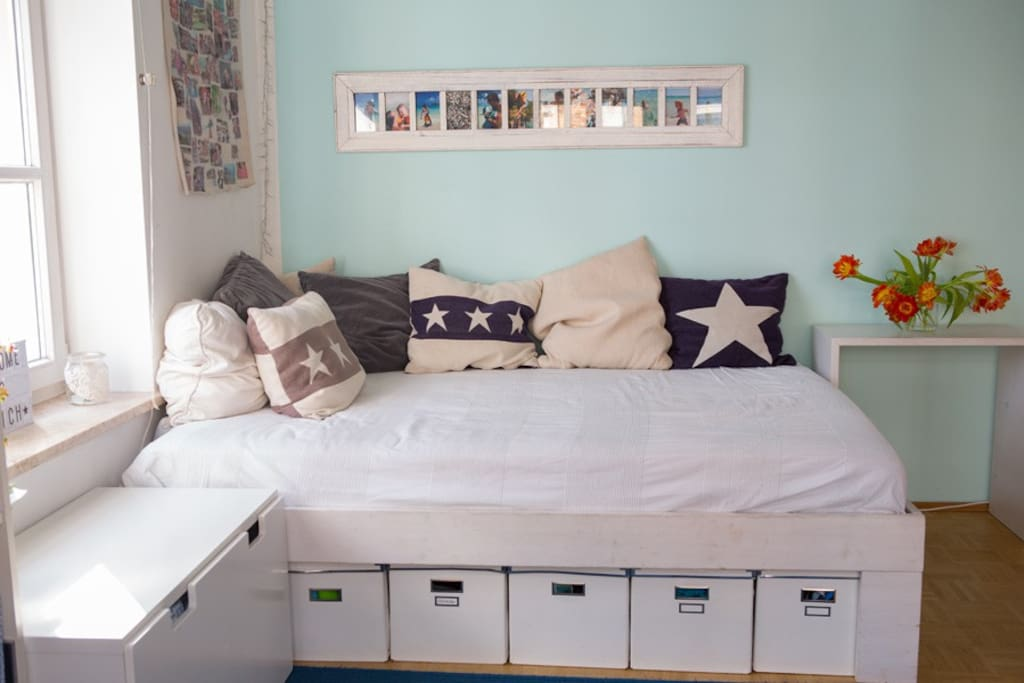 Schlafmöglichkeit für 2 im Wohnzimmer (140 cm Matratze)