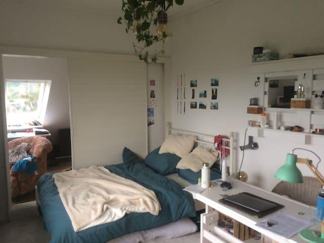 Zimmer 1 mit Durchgang zu Zimmer 2, es gibt aber eine separate Tür, siehe nächstes Foto