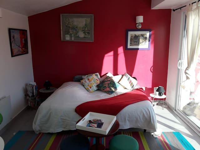 Le lit douillet. Des couleurs chaudes