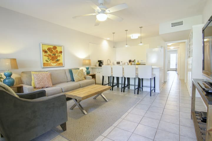 Bright, clean duplex with full kitchen, fenced backyard, & private washer/dryer!