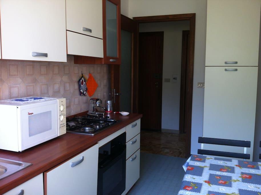 Cucina abitabile con lavastoviglie e forno