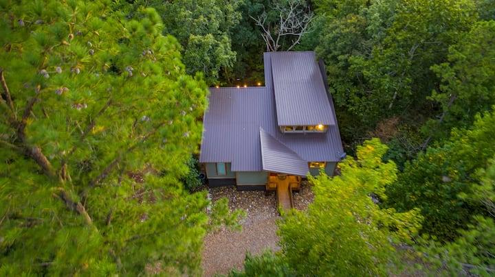 SERENE ON THE STREAM High Luxe Modern Honeymoon Cabin on a Creek