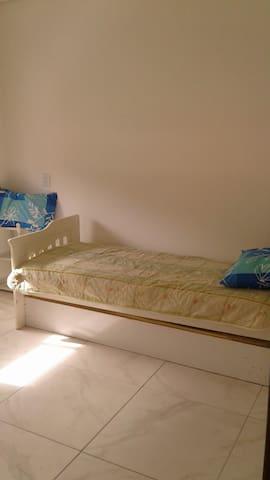 Alugo quarto mobilado  para solteiros.