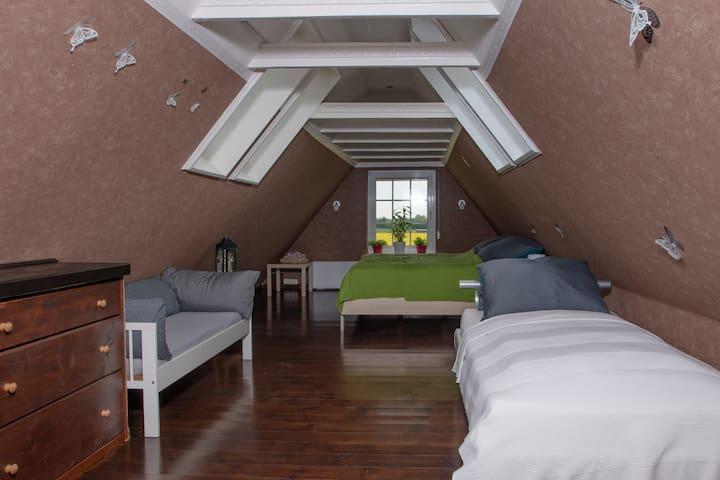 Schlafzimmer mit Kingsize /Doppelbett, Einzelbett und Kinderbett