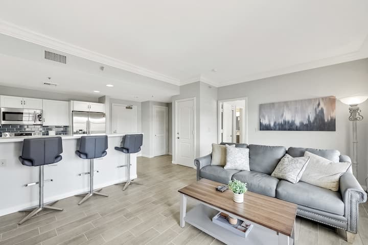 Stop the Car!  Stunning 1 bedroom suite at LLV steps from Lake & Grocery Store