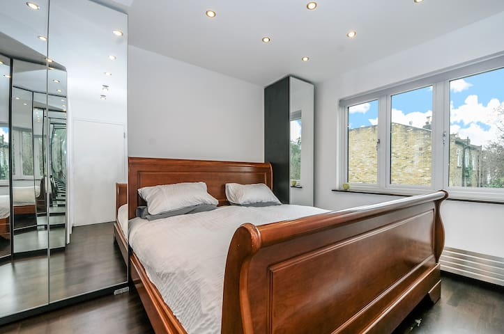 Double rooms in modern house with secluded garden