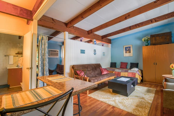 Charming condo suite w/ shared pool, grill, & nearby beach!