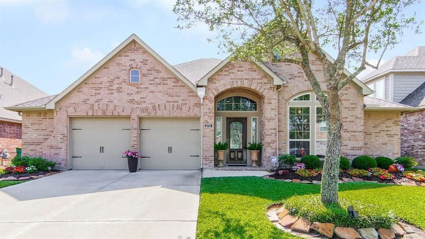 A stunning home in Pearland awaits you and yours