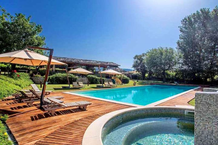 Colours and scents from Tuscany await you in this wonderful property