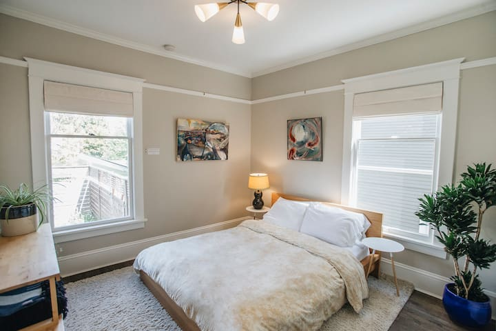 Cute & cozy one-bedroom in upper Queen Anne!