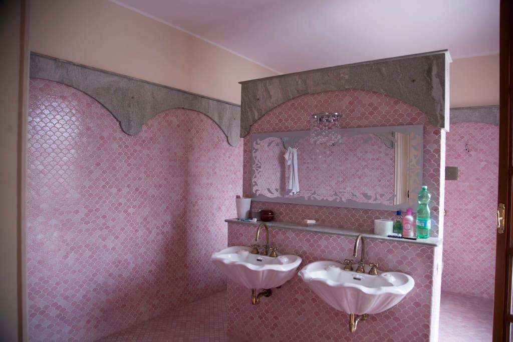 private bathroom of the kingroom