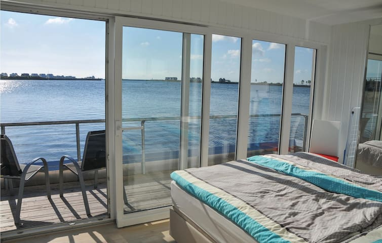 Houseboat with 2 bedrooms on 97 m²