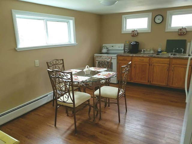 Quiet 2 bedroom, 2nd floor, entire apt. 6 beds - Easton - Apartment
