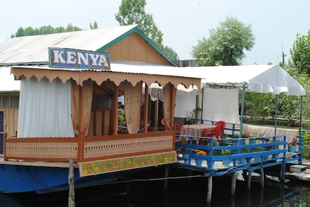 HouseBoat In Calm Dal Lake room1(ROOM 2 SEE BELOW) - Srinagar - 船
