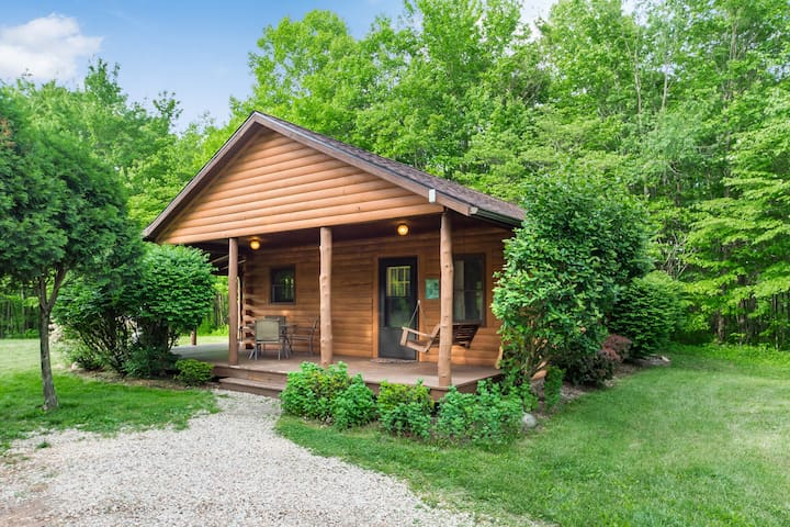 Oldfield Cabin - Pet Friendly and 1/2 mile from Old Man's Cave State Park