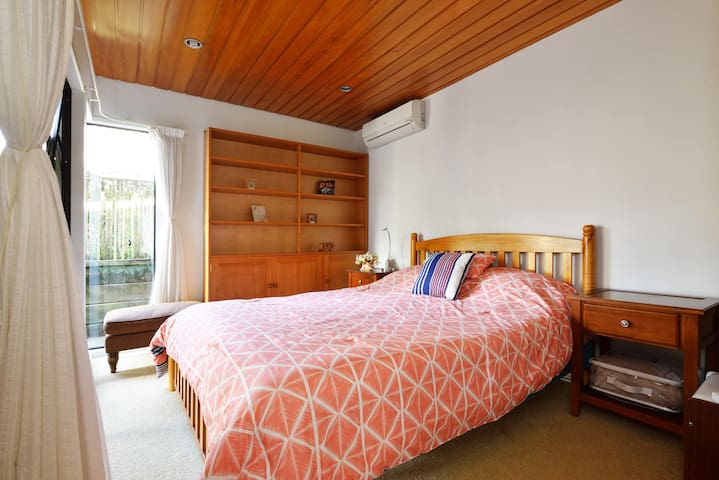 Sanctuary in modern central suburb - Auckland