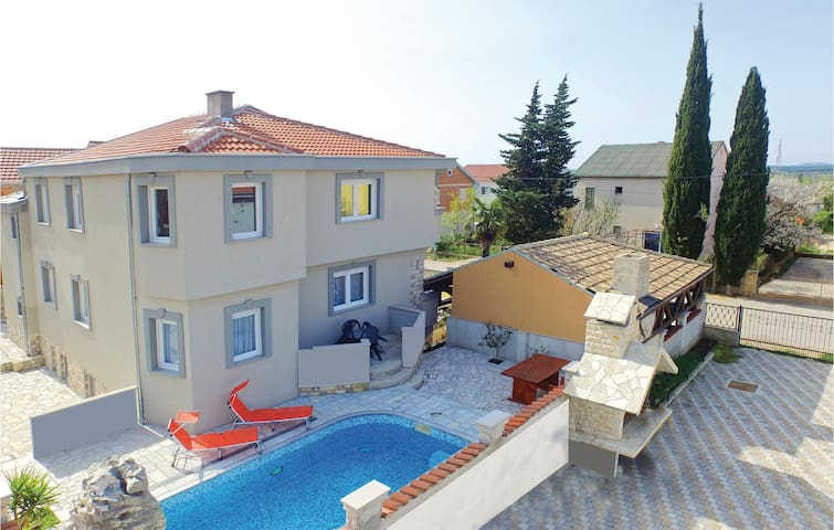 Holiday cottage with 8 bedrooms on 214m² in Kakma