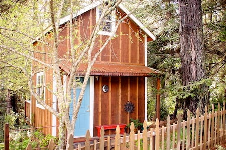 Cozy Cottage in the woods, walk to beach. TAX INCL - Mendocino - Gjestehus