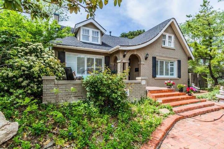 The Cottage on Crockett Street