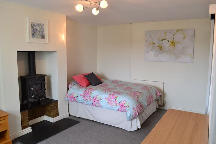 Spacious en-suite double room. Creekside village.