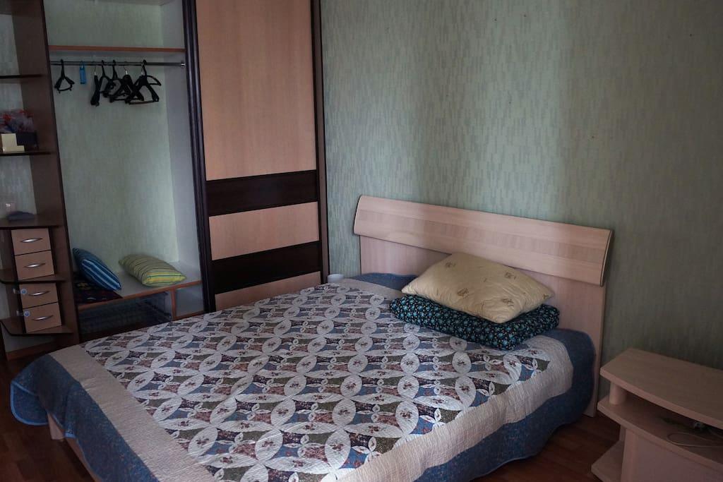 Спальня. Кровать и шкаф