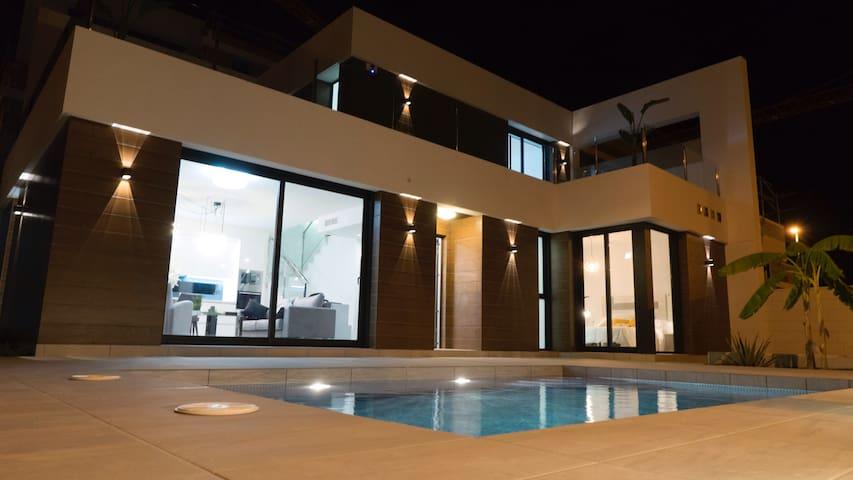 Moderne solrik villa i spansk landsby nær Alicante