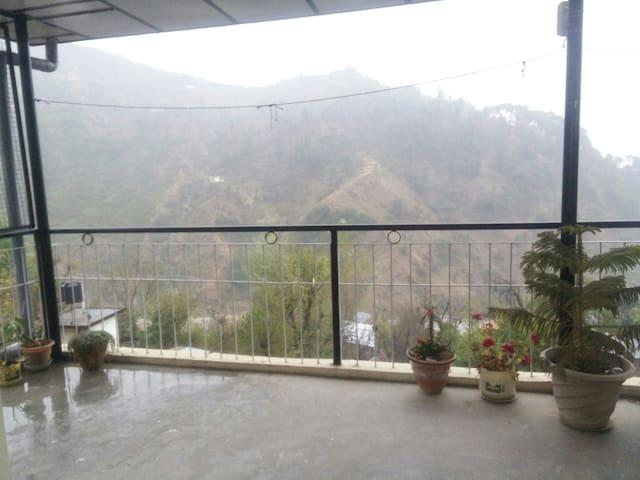 Travelling Artist's Work Studio - Dharamshala - Apartment