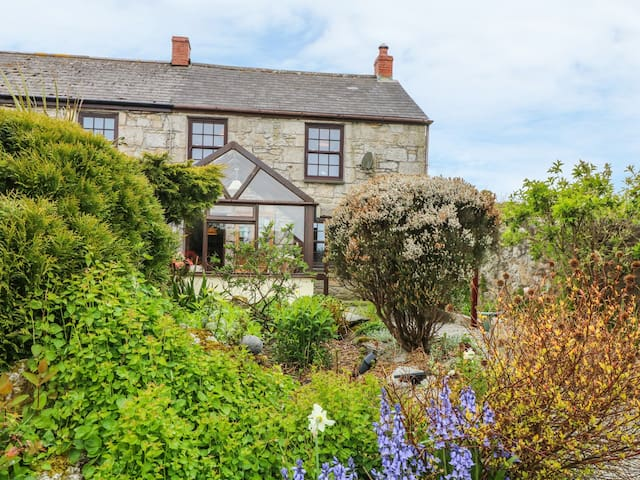 ELDAMAR COTTAGE, pet friendly, with open fire in Falmouth, Ref 965091