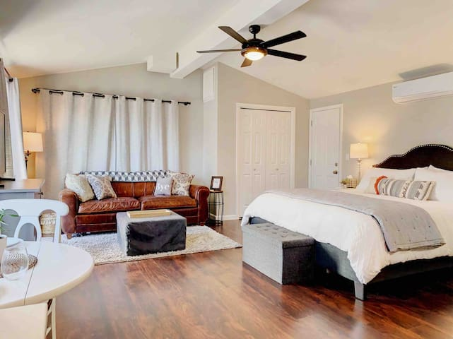 Cozy Downtown Livermore studio~KING BED~Sleeps 4!
