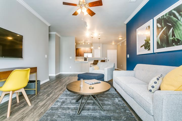 Welcoming 2BR  | Gym + Pool | Downtown