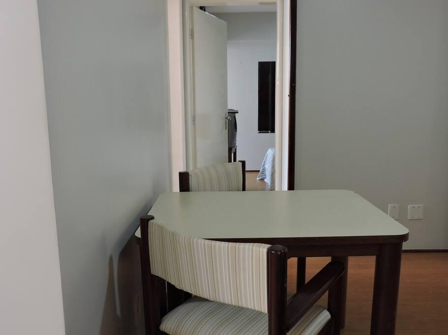 Sala com mesa 2 lugares
