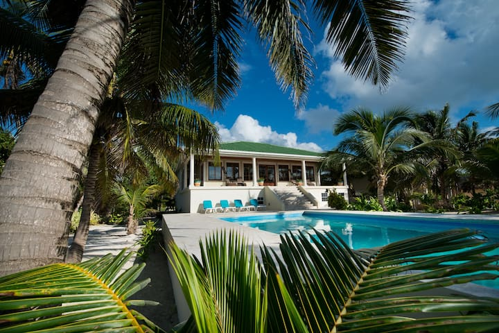High demand beachfront 3 BDR Villa w/private pool. - San Pedro - Villa