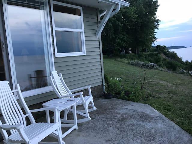 Windhorse Cottage -Lake Front- amazing lake views!