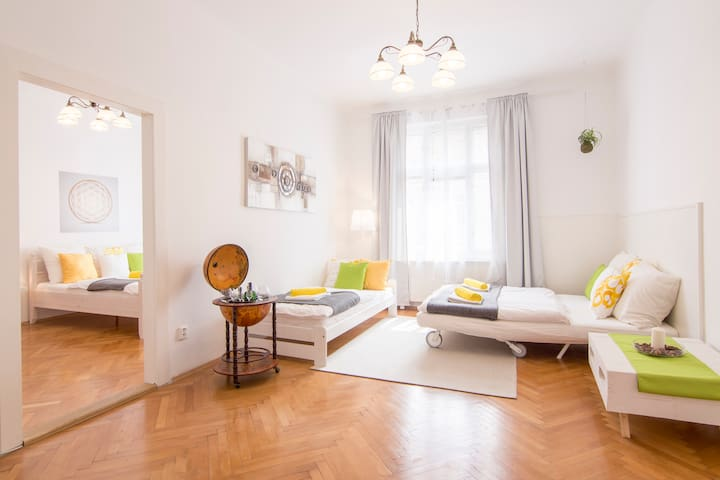 Modern & Spacious 2 Bedroom 10min to Prague Castle