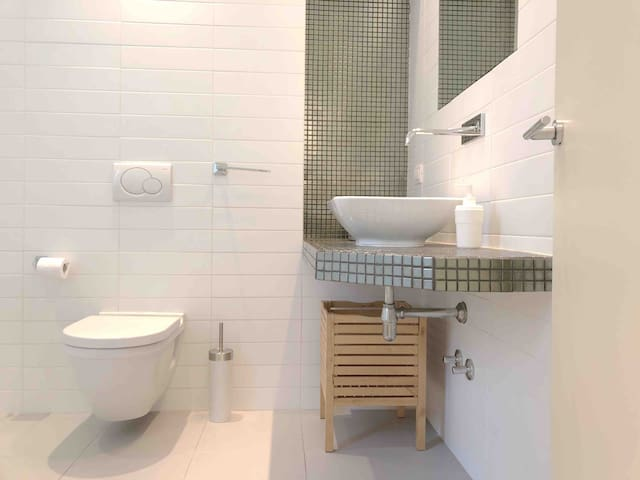 bathoom with bath/shower, sink, toilet and bidet