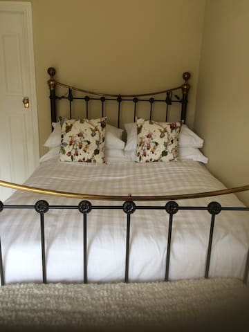Peaceful private room, own ensuite incl. breakfast - Chesterfield - House