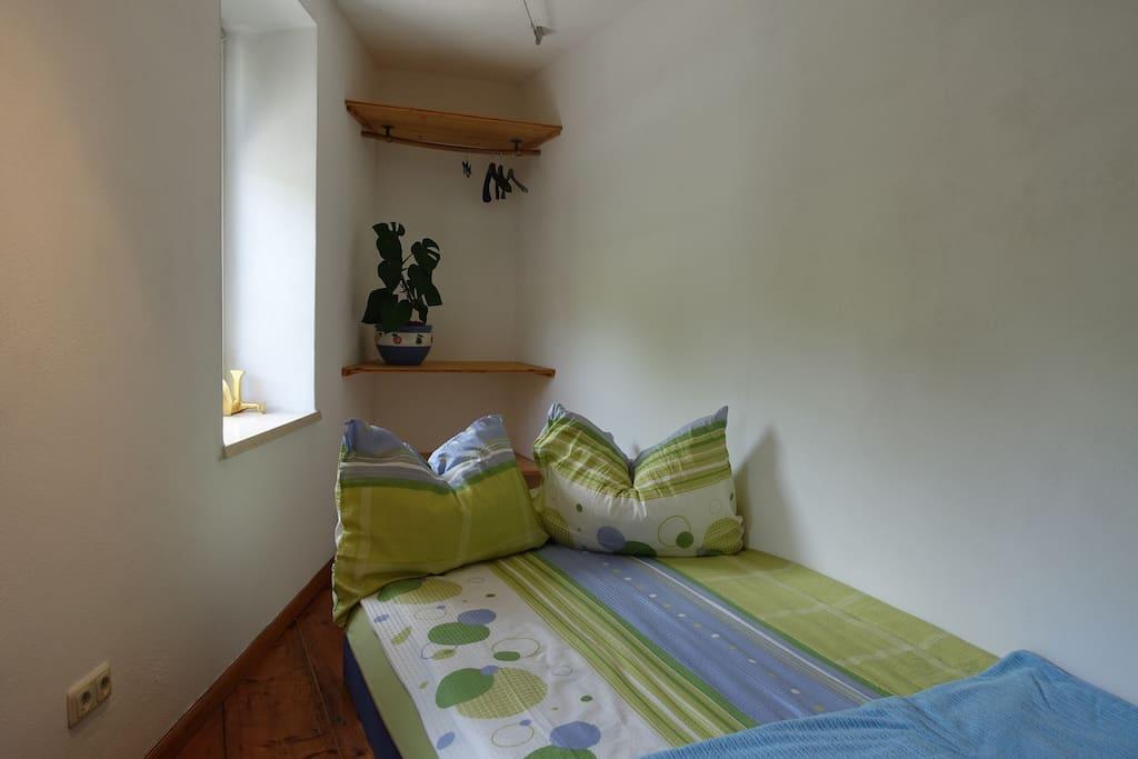 Das Wohn- und Schlafzimmer mit genügend Stauraum und einem Bett für 1 - 2 Personen (140 x 200 cm)