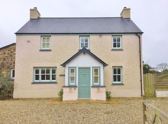 NEW LISTING - Golwg Y Mor - Luxury 4 Bed Cottage