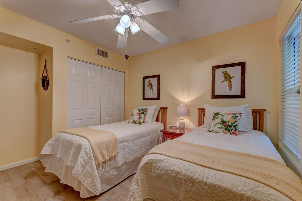 Parrots & pineapples are perfect for this twin bedroom.