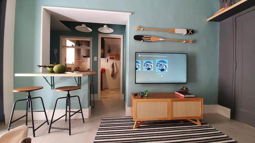 Sala de estar e cozinha americana finamente decoradas