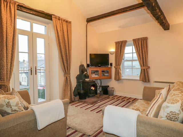 ALE COTTAGE, pet friendly, with open fire in Ireby , Ref 972284